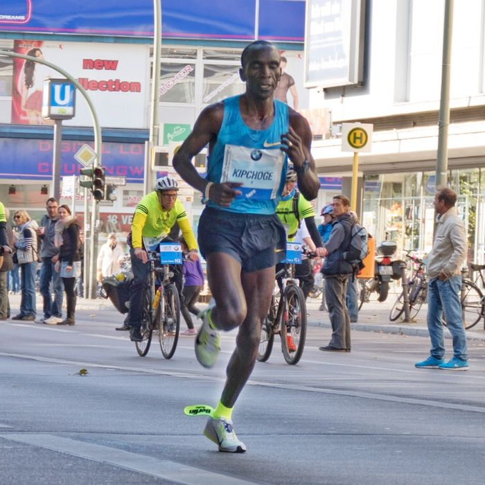 Ein Marathon unter 2 Stunden // Der Weltrekord aus dem Jahr 2014 und wurde durch Dennis Kimetto in 2:02:57h erzielt. Jetzt kommt die Sportartikelfirma Nike mit einem ganz besonderen Projekt. Nike und Eliud Kipchoge greifen mit #Breaking2 die magische 2-Stunde-Marke an: