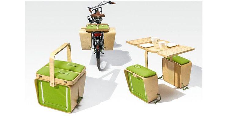 Equipamento dobrável, que cabe no bagageiro da bicicleta, abriga comidinhas e bebidas. Quando aberto, vira uma mesa com bancos.