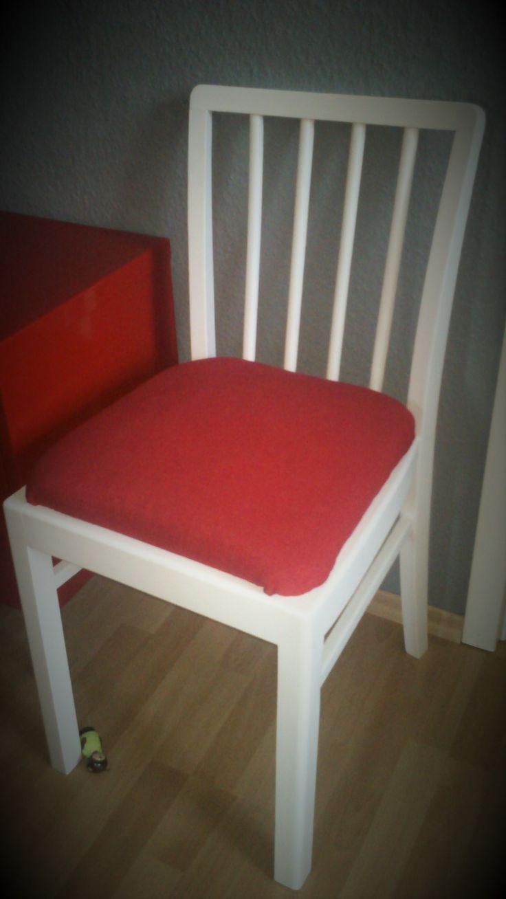 Küchenstuhl neu gestrichen und neu gepolstert. Insgesamt sind es 4 Stühle.