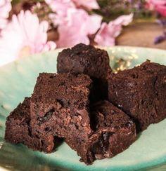 Healthy Brownie 200 gram 85% pure chocolade 4 eieren 1 glas (250 ml) cacaopoeder 1 glas (250 ml) palmsuiker ¼ glas + 1 el kokosvet 2 theelepels vanille-extract  Oven voorverwarmen 180 °C. Klop de eieren met de cacaopoeder, palmsuiker, vanille-extract en kokosvet door elkaar tot een gladde massa. Voeg wat stukjes chocolade toe. Ovenschaal invetten met kokosvet. Beslag erin & dit besprenkelen met stukjes chocolade. In de oven voor 30 minuten. 20 minuten in de koelkast