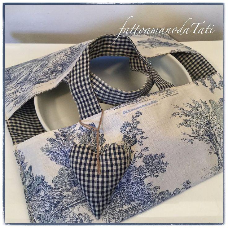 Porta torte in cotone stampato toile de Jouy bianco e blu con cuore imbottito, by fattoamanodaTati