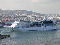 Το Regatta μανουβράρει για ν' αποπλεύσει από τον Πειραιά. 24/04/2009.