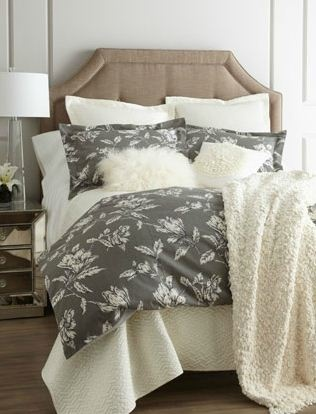 absolutely love this neutral palette, the floral duvet, those furry pillows and that cozy blanket!