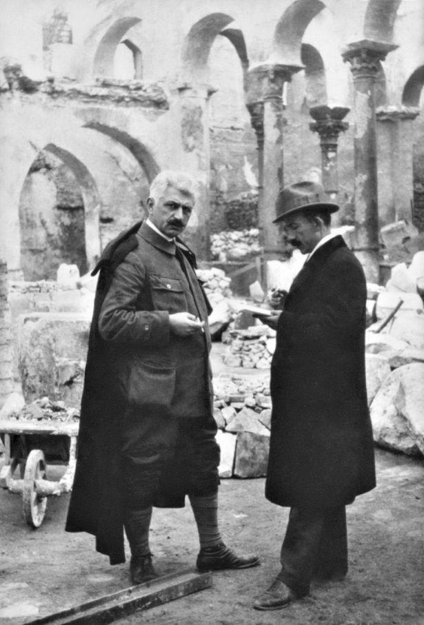 Ο Γεώργιος Σωτηρίου (δεξιά) και ο Αριστοτέλης Ζάχος (αριστερά) στο εσωτερικό της κατεστραμμένης βασιλικής του Αγίου Δημητρίου Θεσσαλονίκης κατά τη διάρκεια των εργασιών αποκατάστασης του μνημείου. Αρχείο Σωτηρίου.
