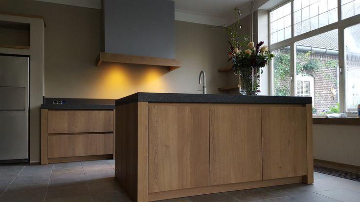Landelijk/Moderne keuken in greeploos eikenhout met natuurstenen werkblad van 8cm dik. Helemaal op maat en naar wens van de klant uitgevoerd met Bosch apparatuur en een Amerikaanse koelkast.