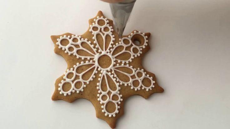 Расписываем пряник: сувенирная снежинка своими руками