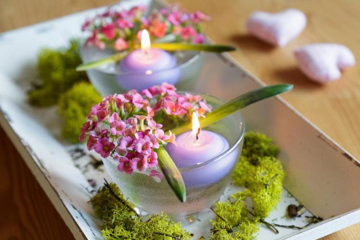 Aranžmá je hodně jednoduché, takže hned postupujte podle následujícího obrázku. Při aranžování květin vás povede fantazie i suroviny, s kterými pracujete. Potřebujete hlubší misku, drobné květiny a plovoucí svíčku.