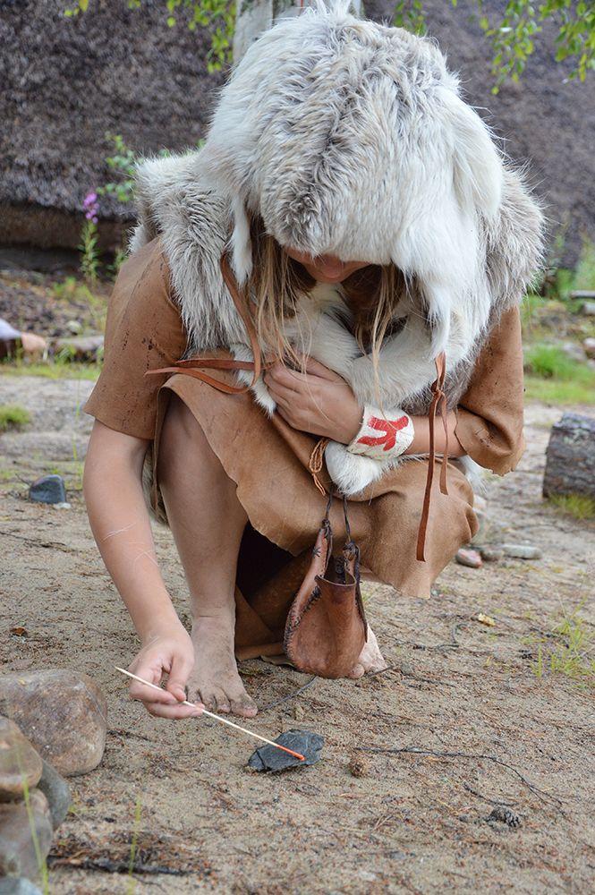 Kiviesine saa punaisen maalipinnan kivikautisin menetelmin. Luuppi, Oulu (Finland)