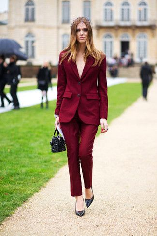 Tenue: Blazer bordeaux, Pantalon de costume bordeaux, Escarpins en cuir noirs, Pochette en cuir ornée noire