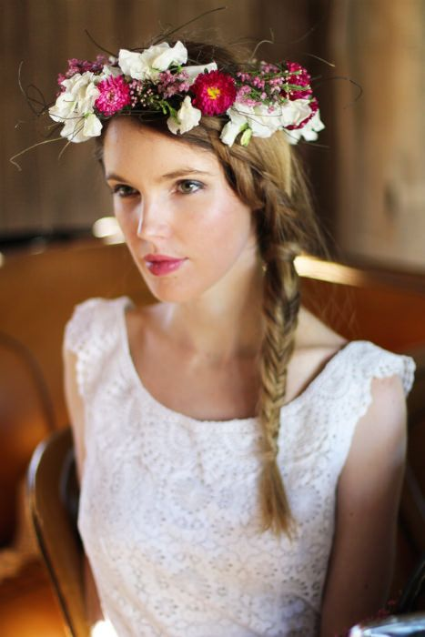 This diy floral crown will look stunning in a vintage inspired wedding. See this tutorial on Kitsch Bitsch.  #floralcrown #diy