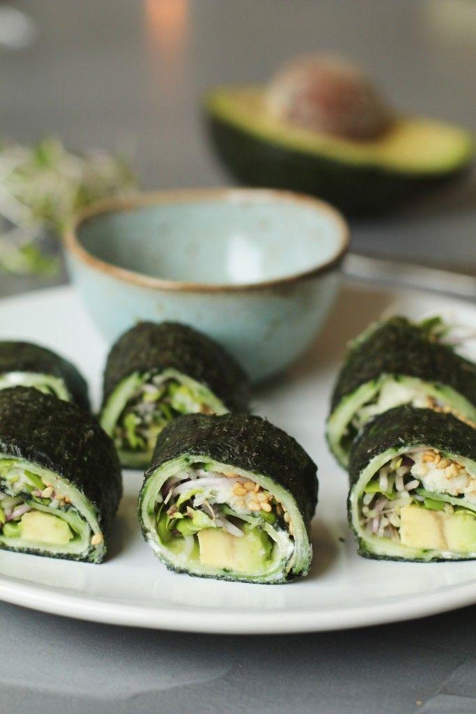 Na het zien van een super interessante docu gister (What the health, aanrader!) voelde het een beetje dubbel om vlees of vis te eten dus besloot ik aan de gang te gaan met een nieuw recept voor vegetarische sushi. Eerder maakte ik al dezevega sushi met groene asperge en sushi...
