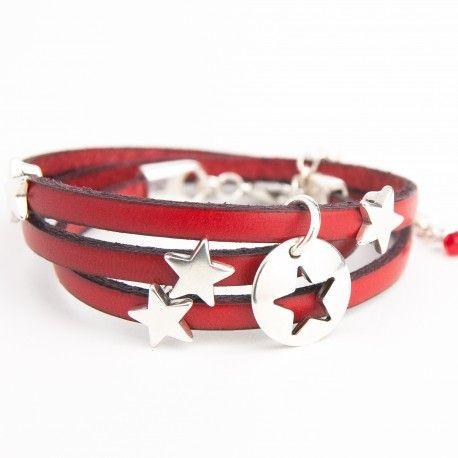 Bracelet cuir rouge triple tour, pampille étoile évidée et petites étoiles.
