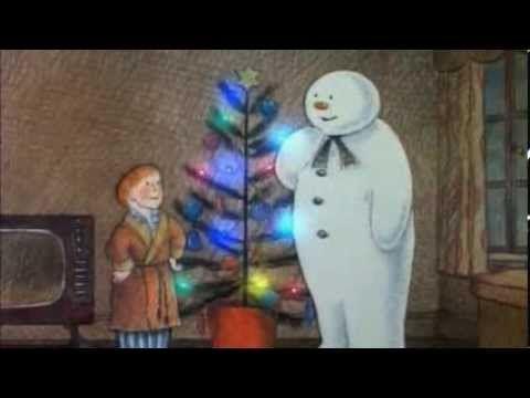 Hele film. De Sneeuwman. Een jongetje maakt een sneeuwman waarmee hij 's nachts allerlei avonturen beleeft.