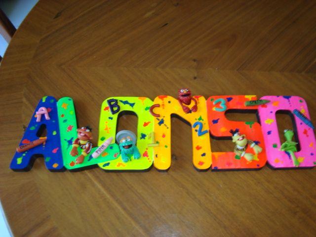 Letrero en colores fosforescentes con los personajes de plaza sésamo en pasta francesa