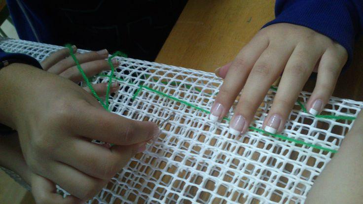 Proceso de elaboración de los troncos: cosiendo la malla (tela plástica).