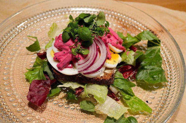 Mikä on punainen ja maistuva? Punainen kananmunaleipä salaattipedillä.