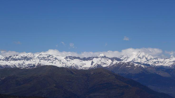 Tendeñera (2853 metros) y Otal (2701 metros), Toronzué (2263 metros) y el Tozal de Comas (2342 metros) con el coloso del Vignemale (3299 metros)