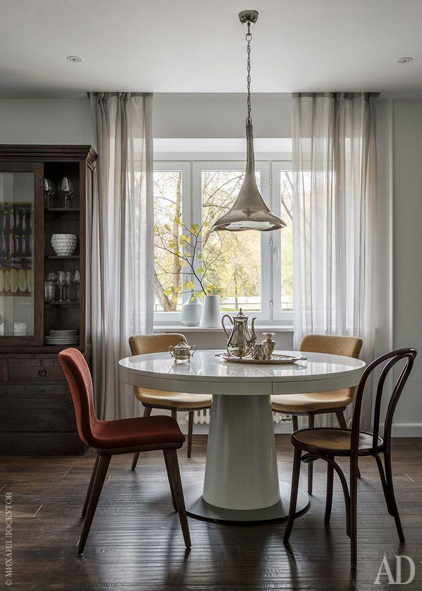 Зона столовой. Обеденный стол, BoConcept; стулья, Calligaris; буфет — собственность заказчика; над столом винтажный итальянский светильник 1950—1960-х годов; вазы на подоконнике, Barcelona Design и Matflor.
