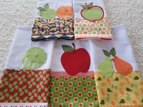 Kit composto por 5 unidades de panos de prato, com barrados e aplicações variadas do tema frutas. Tecido 100% algodão