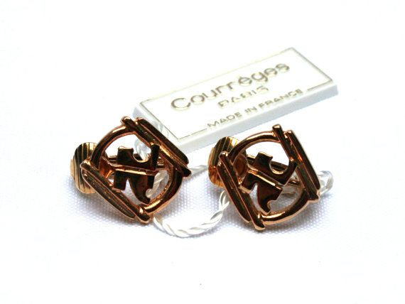 FeelingOfDejaVu sur Etsy - COURREGES Boucles oreille clip . Dorées . Logo . Neuves ancien stock . France . Vintage Années 70 - (COURREGES clip earrings . Gold tone . Monogram Signature Logo . New from dead stock . France . Vintage 1970s) - #etsy #vintage #french #1970s #courreges #jewel #earringclips