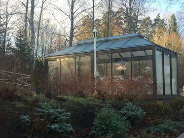 Lucia-Lasipaviljonki #glassgazebo www.lasipaviljonki.fi www.glass-gazebo.com #pihasuunnittelu #gardendesign Toimitetaan valmiina paikalleen.