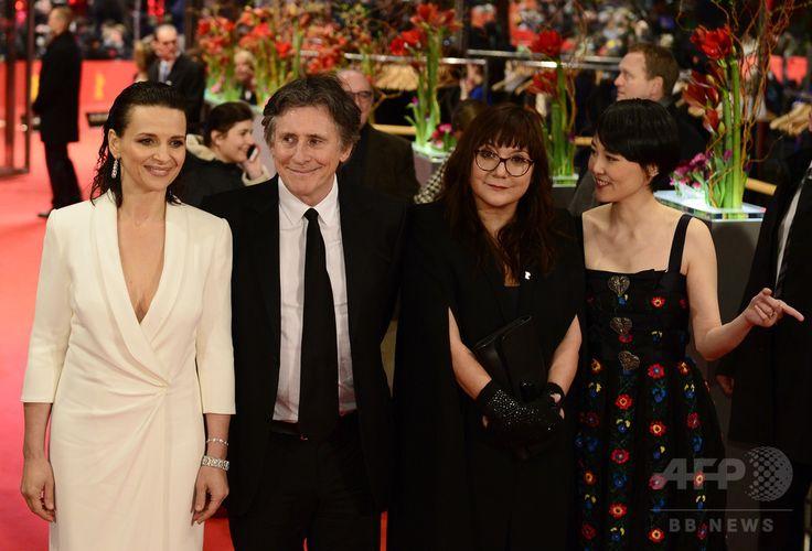 第65回ベルリン国際映画祭のオープニング作品『ノーバディ・ウォンツ・ザ・ナイト』の上映会場に登場した(左から)仏女優ジュリエット・ビノシュ、ガブリエル・バーン、イザベル・コイシェ監督、菊地凛子(2015年2月5日撮影)。(c)AFP/JOHN MACDOUGALL