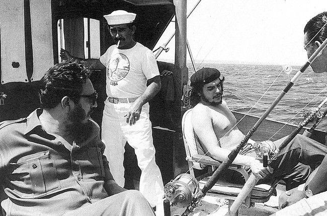 13-Rare-History-Photos - Fishing buddies Che Guevara and Fidel Castro (1960).