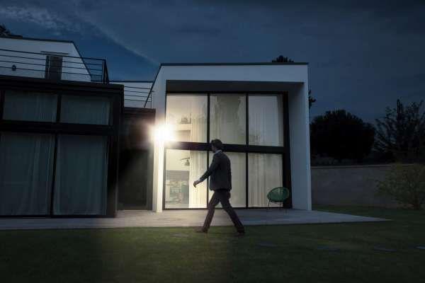 Außenkamera mit integriertem LED Strahler Netatmo Presence - Outdoor Sicherheitskamera mit Erkennung von Menschen, Fahrzeugen und Tieren
