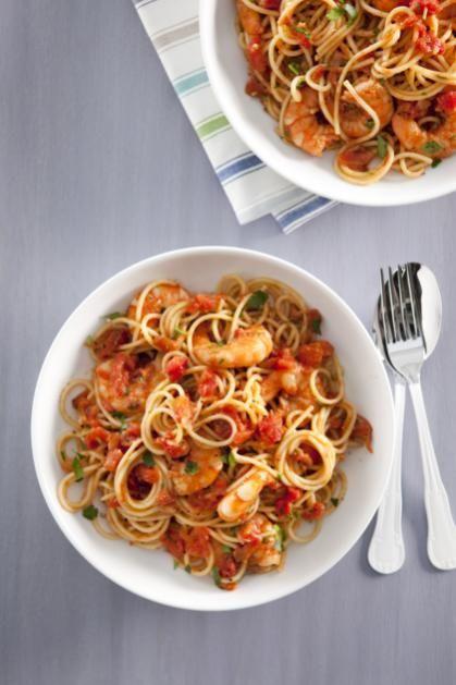 Zin in pasta? Maak eens deze lekkere combinatie met garnalen. Mmmm....Hoofdgerecht, 4 personenBoodschappenlijstje:500 g gepelde garnalen (diepvries)1 el olijfolie1 ui, gesnipperd2 tenen knoflook, gesnipperd5 ansjovisfilets op olie (blikje), fijngesneden1 blik tomatenblokjes op sap (blik (400 g)� tl gedroogde chilivlokken400 g spaghettiklontje boterAan de slag!Ontdooi de garnalen volgens de gebruiksaanwijzing op de verpakking.Verhit de olie in een ruime (hapjes)