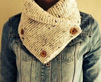 Nodig: twee bollen wol van 100 gram (Wibra). Breinaald nr. 4. en 3 houten knopen van de markt. 60 steken opzetten. En doorbreien tot je een lengte van ongeveer 90 cm hebt bereikt. De sjaal in de lengte dubbelvouwen en er drie knopen opzetten.