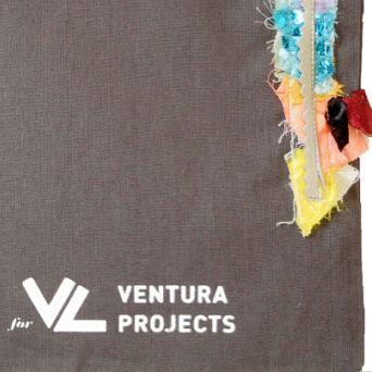 Il progetto di arte-applicata-alla-moda Daniel González D.G. Clothes Project presenta 500 shopper bags per il pacchetto stampa di entrambe le location #Ventura. 500 pezzi unici customizzati a mano che raccontano la storia e l'identità di #VenturaProjects e del loro posizionamento nel campo del design di ricerca internazionale. dettaglio: TEST Series: focus on fabrics 2017 pezzo unico ------ #fashiondiary  #journorequest #capsulecollection #DGClothesProject #fashionart #shopper #hashtagsgen…