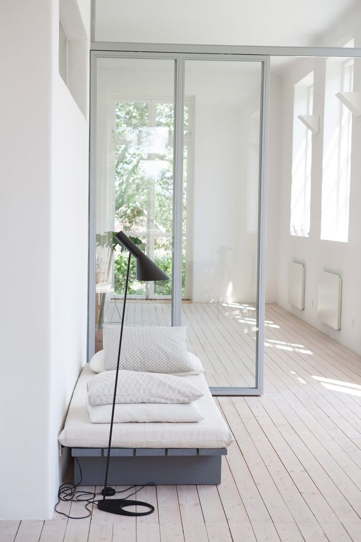 AJ floor lamp by Louis Poulsen. Ingegerd Råman's summer house. From Sköna Hem, photo by Gabriella Dahlman.