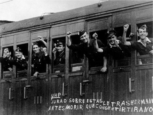 Soldados anti-fascistas marchan hacia el frente de Aragón durante la Guerra Civil española, Barcelona, España 1936. Robert Capa