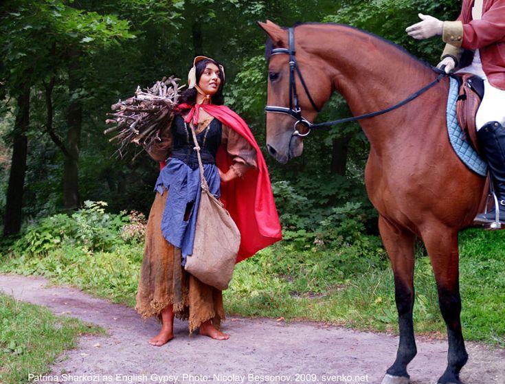English Gypsy women costume. Barefoot Gypsy girl in a folk costume. La bohémienne aux pieds nus dans un costume folklorique. Barfüßiges Zigeunermädchen in einem Volkskostüm. Muchacha gitana descalza en un traje gitano. Ragazza di zingaro scalza in un costume di gente