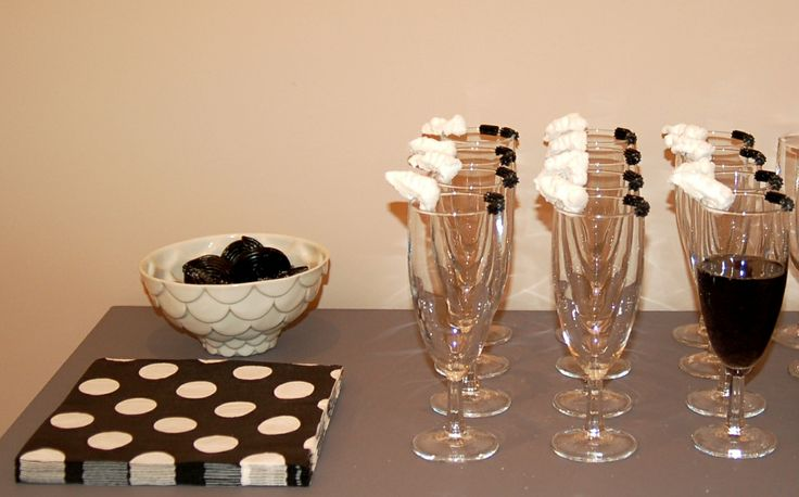 Black and White party, black vodka cocktail with liquorice and marshmallow decorations, at http://www.desig-design.com