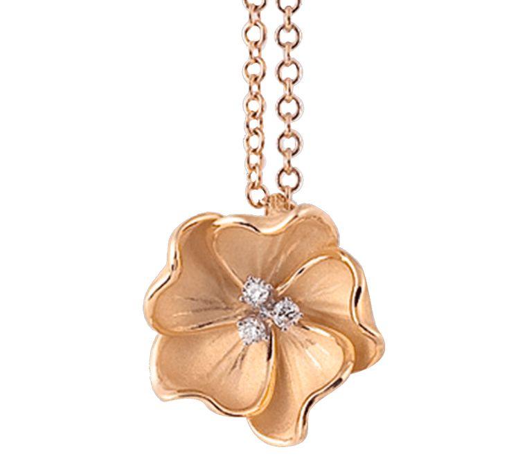Если Вы любите путешествовать в экзотические страны, золотой кулон с бриллиантами станет красивым элементов Ваших приключений. В основе дизайна – плюмерия или гавайский цветок. Именно этот цветок носят в волосах девушки на островах, а цветочные ожерелья на шею дарят туристам.