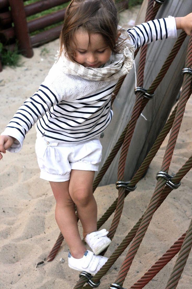 Raikas yhdistelmä tytölle: valkoiset shortsit ja pitkähihainen raitapaita. Valkoiset tennarit ja huivi täydentävät lookin <3