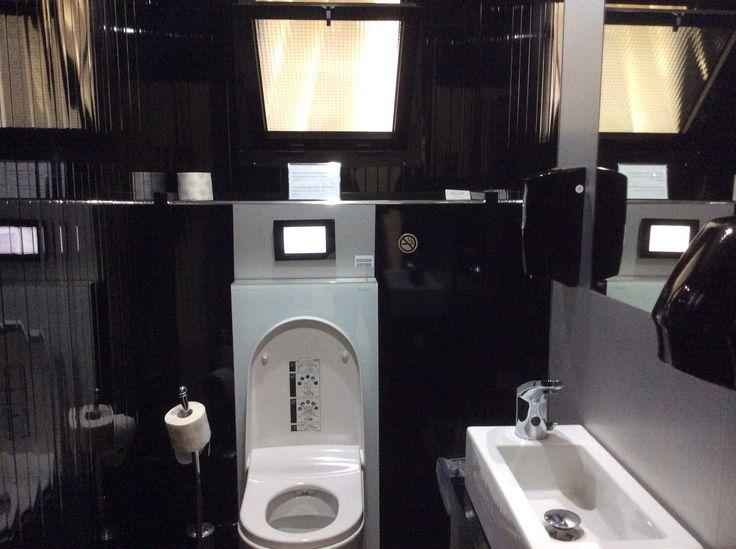 Stanza da bagno completa di vaso con funzione bidet Acquaclean Sela, rubinetteria, dosasapone ed asciugamani no toych system #bagnipereventi,#fashiontoilet,#noleggiobagnidilusso
