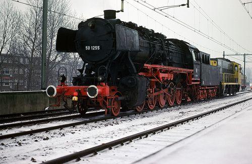 Lokomotief 50 1255 De 50 1255 is een exemplaar van een der meest succesvolle stoomlocseries in Europa. Door haar lage asdruk van 15 ton en een maximumsnelheid van 80 km/h vooruit en achteruit was zij overal inzetbaar. Het locomotieftype was oorspronkelijk bedoeld voor het goederenvervoer op nevenlijnen en kreeg daarom de asindeling 1'E. Maar ook voor het personenverkeer op de lokaal- en hoofdbaan was zij geen onbekende.