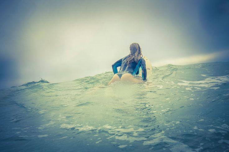 Девушки-серферы в нарисованных купальниках