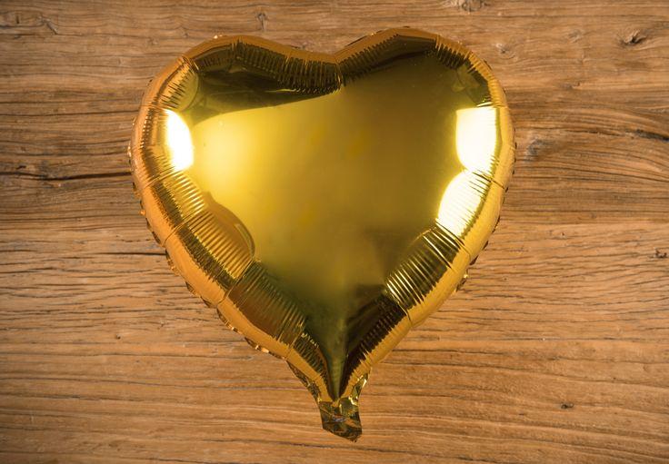 Globo Corazón Metálico Color Oro - LOVERSpack. Con este globo crearas la atmósfera que tanto estás buscando crear para esa ocasión especial, aniversario, cumpleaños, boda o simplemente sorprendera a tu pareja. #decoracióncumpleaños #decoraciónaniversario #decoraciónboda #sorprenderamipareja #regalosoriginales #globos #decorarhabitaciónromántica #nocheromántica #parejas #regalos #sorpresas #LOVERSpack