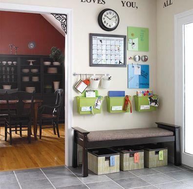 Tendência: banco, caixas embaixo (ou sapatos), calendário, relógio, porta-recados e porta-trecos para cada membro da família.