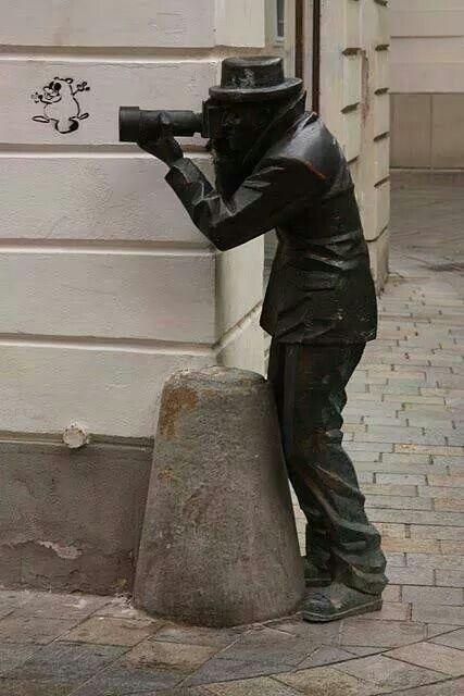 """Paparazzi"".... Bratislava, (Eslovaquia). Cuando cerró el restaurante quitaron la estatua del ""Paparazzi""...."