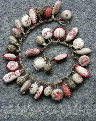 Un superbe bracelet avec des breloques réalisées au point de croix et au crochet.
