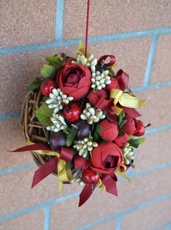 PALLA NATALIZIA INTRECCIATA - Mod. 01 - PatriziaB.com  Palla natalizia intrecciata, realizzata in vimini naturale e decorata artigianalmente con raffinati fiori, ciliegie, bacche e nastri di seta