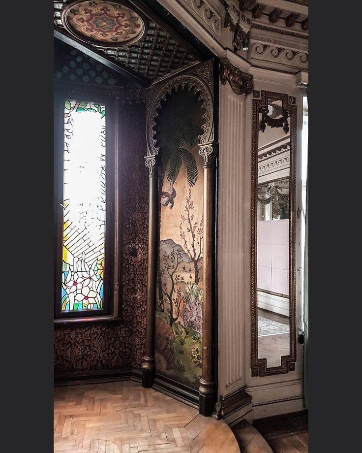 Одна из главных находок 2016 года — квартира в расселенном доме в Риге, где сохранились уникальные интерьеры 1900 года. Попал сюда летом, в день своего рождения, совершенно случайно. Наводкой послужили витражи в эркере, примеченные с улицы. Повезло невероятно: в другой квартире в этом доме снимали кино, и кто-то не до конца захлопнул дверь в парадку. На фото — мавританский эркер с теми самыми витражами и панно в восточном стиле. Другие фото квартиры публиковал в июле.