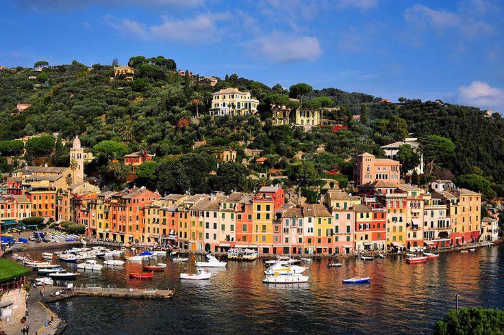 A tökéletes, képszerű kikötőjével, a zöldellő tájaival és a hegytetők rendezetlen felszínével és a vízparti házakkal, Portofino az egyik legszebb község az olasz Riviérán. Mindössze egy rövid autóútra található Dél-Genovától, és ez a kis falu népszerű egynapos (rövid) utazások célpontja volt évszázadokon át. Kedvelt megállóhelynek számít az olasz Riviéra körutazásai során és jachtok csoportjai találhatóak a kikötőben, amely Portofino látképének megítélését jelentősen növeli.