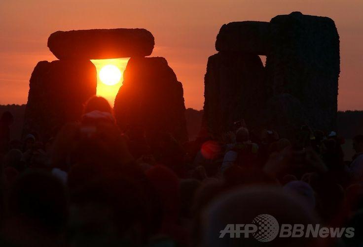 夏至の日の出を迎えた英国の古代遺跡「ストーンヘンジ(Stonehenge)」(2014年6月21日撮影)。(c)AFP/GEOFF CADDICK ▼22Jun2014AFP|英ストーンヘンジの夏至祭り、今年は4万人集結 http://www.afpbb.com/articles/-/3018412 #Stonehenge #Midsummer #Summer_solstice #Solsticio_de_verano #Xiazhi #Geshi