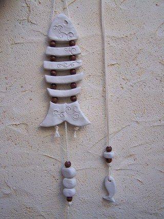 pâte à modeler durcissante à l'air, corde et perles bois... j'ai réalisé les couleurs sur les parties du poisson avec des fards à paupières...