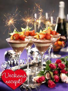 Varva lyxigt len mörk och ljus chokladmousse i glas. Pynta sedan årets festligaste dessert med söta bär, exotiska frukter och tomtebloss! Den är enkel att göra och perfekt att förbereda. I nr...